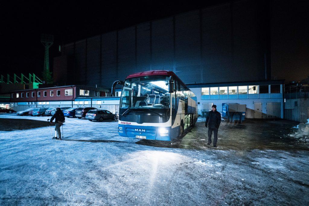 Bussen packas för resan hem till stockholm